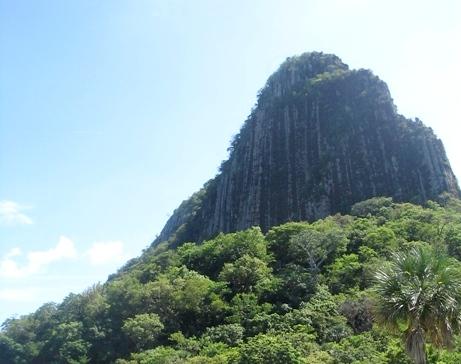 A un lado de la zona arqueológica está el peñon del cerro de Bernal o de los Metates con una altura de 300 metros, que semeja lluvia petrificada en la roca basáltica