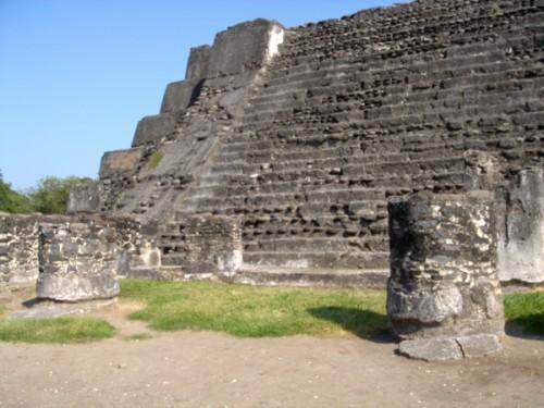 Gran construcción y columnas redondas