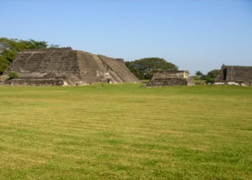 La zona arqueológica tiene 12 sistemas amurallados, lo visible tiene una extensión de 75 000 m2