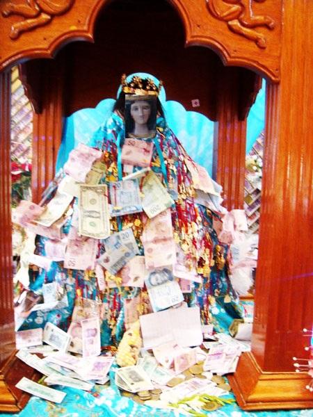 Los peregrinos y fieles pueden tocar a la Virgen, colgar dinero y relicarios para que les conceda algun milagro y también dar las gracias por el bien recibido. El color de la Virgen original es de color café claro. Su manto se cambia constantemente