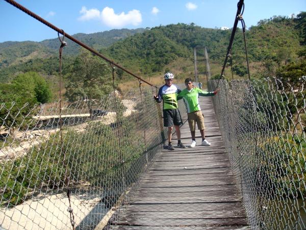 Sobre el puente colgante