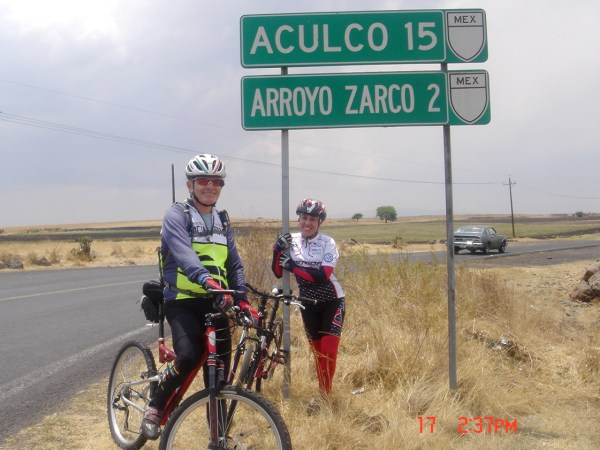 Abi y Reynaldo rumbo a Aculco, 15 km.