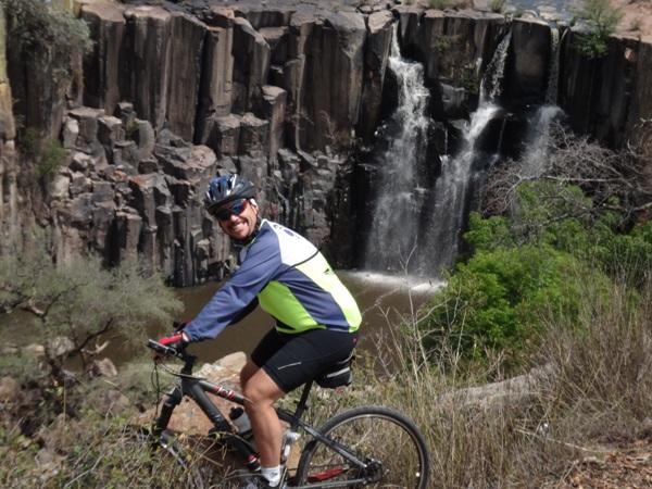 Ciclista en la Cascada y prismas basálticos cerca de Aculco Pueblo Mágico Estado de México