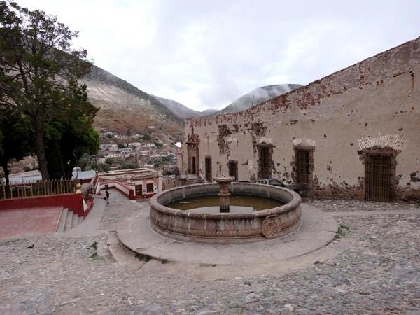 Plaza del Carbón, fuente y de lado derecho Centro Cultural, antigua casa de moneda. Las apariencias engañan, el interior está muy bien restaurado, está increíble