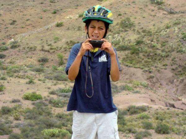 """El """"guía"""" para la ruta Real de Catorce-Cerro El Quemado, Juan Eduardo pequeño y GRAN CICLISTA de montaña, futuro campeón y ayudante de fotografía. Habitante del poblado.Contamos con la autorización de su papá para que fuera nuestro guía"""