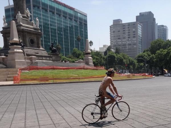 Ciclodesnudo en la Glorieta del Ángel de la Independencia, Cd. de