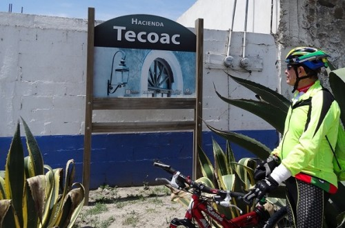 Cicloturista llegando a la Hacienda San Francisco Tecoac. Huamantla Tlaxcala