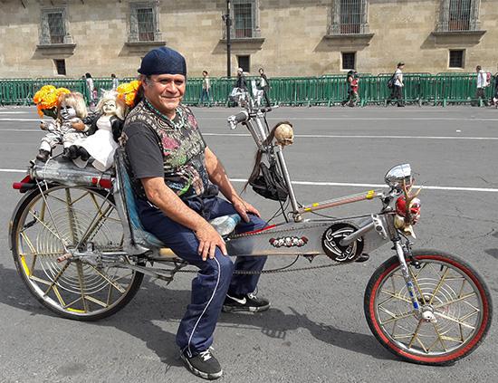 Bicicleta recumbente en el Zócalo Cd. Méx., día de muertos, nov 2016