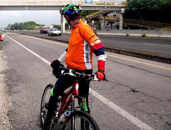 Ciclista en espera del grupo de la Ruta Chichimeca 2017 y ciclistas de Cuautla Morelos rumbo a Izúcar Puebla