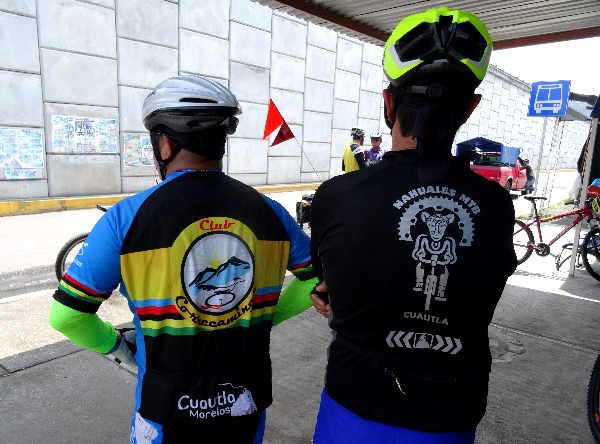 Ciclistas del grupo Correcaminos y Nahuales MTB en Amayuca Morelos que acompañaron integrantes de la Ruta Chichimeca 2017