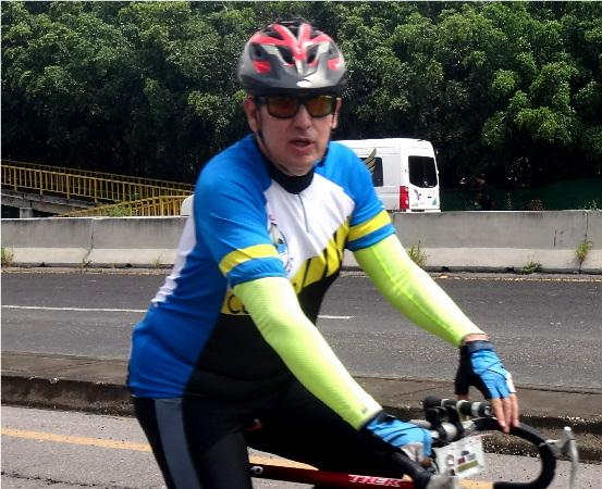 Ciclista del grupo Correcaminos de Cuautla Morelos acompañando a los ciclistas de la Ruta Chichimeca 2017, rumbo a Izúcar Puebla
