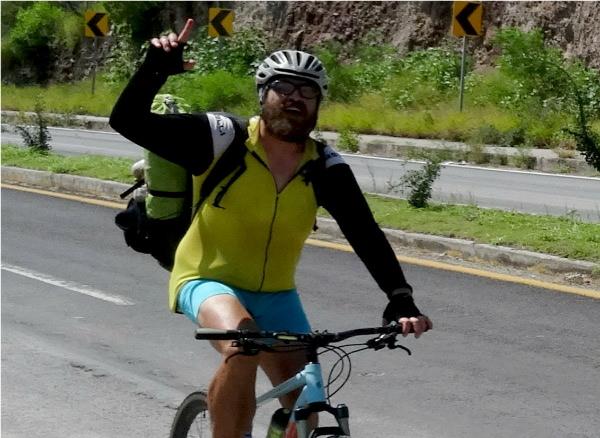 C) Ciclista de Zacatecas acompañando a la Ruta Chichimeca 2017, por varios estados. Tramo Cuautla-Izúcar