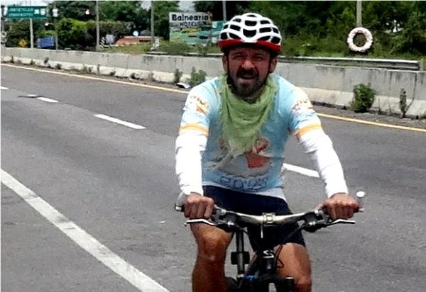 Ciclista acompañando a la Ruta Chichimeca 2017, tramo Cuautla-Izúcar Puebla