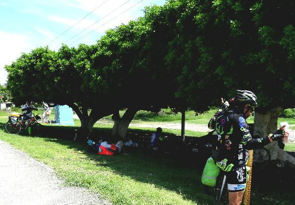 Escala tres del grupo ciclista de la Ruta Chichimeca 2017, a 2 km. de Izúcar de Matamoros Puebla