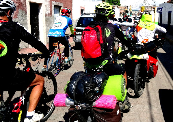 Grupo ciclista de la Ruta Chichimeca 2017 entrando a Izúcar de Matamoros Puebla