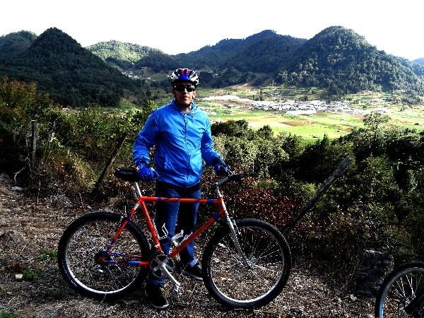 Cicloturista en una de las montañas de Zinacantán, Chiapas 2017