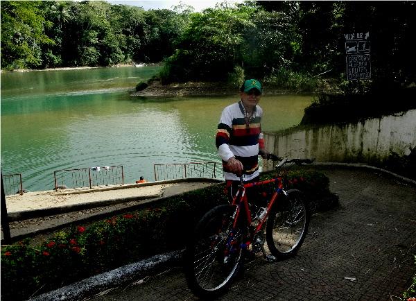 Cicloturista en el embarcadero de Tapijulapa entre los ríos Amatán y Oxolotán, año 2017