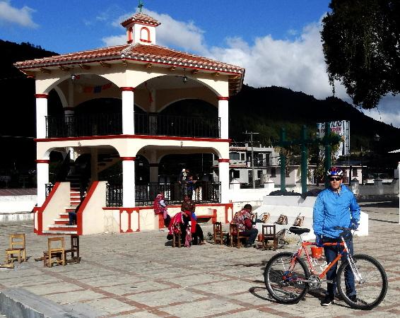 Cicloturista y Kiosco de Zinacantán Chiapas 2017
