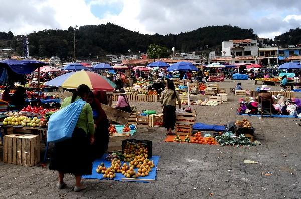 Gran plaza de San Juan Juan Chamula, sitio en que se realiza mercado,  reuniones políticas y ceremonias religiosas. Chiapas México, 2017