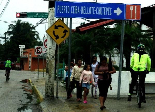 Cicloturistas en la entrada a Ciudad Paraiso estado de Tabasco, 2018
