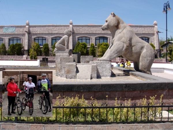 Aculco en bicicleta, Pueblo Mágico Edomex, esculturas de cantera y Auditorio