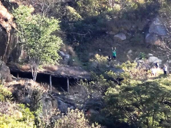 Sendero en ladera Cerro Chalcatzingo con protección de los grabados en roca, Estado de Morelos