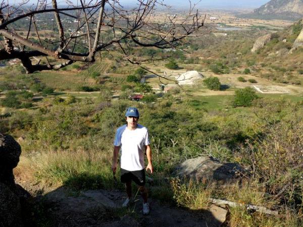 Senderista en Cerro Chalcatzingo y Pirámide de la Zona Arqueológica. Estado de Morelos México