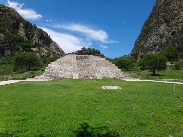 Chalcatzingo pirámide de base semicircular, situada entre dos cerros: Delgado y Chalcatzingo (Cantera). Municipio Jantetelco Estado de Morelos. Senderismo México en Fotos
