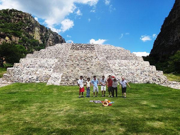 Senderistas y pirámide de Chalcatzingo Zona Arqueológica, municipio Jantetelco, Estado de Morelos, México