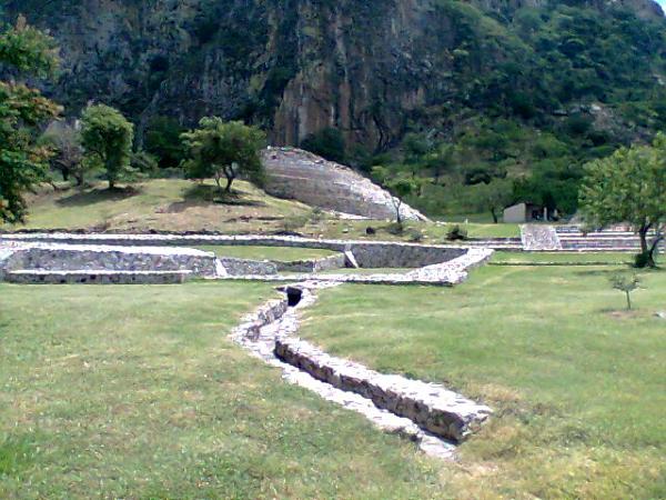 Zona Arqueol+ogica de Chalcatzingo, basamentos, juego de pelota y pirámide. Municipio Jantetelco, Estado de Morelos. Senderismo México en fotos