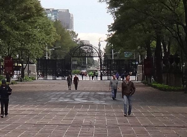 Puerta Monumental de los Leones, entrada principal al Bosque de Chapultepec 1a. sección, vista desde la Calzada Juventud Heroica, Alcaldía Miguel Hidalgo CDMX