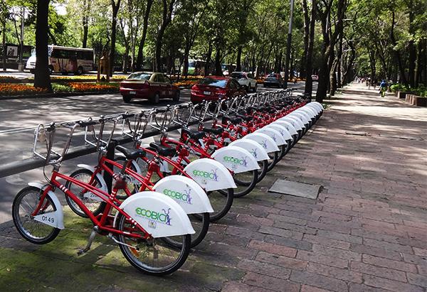 Paseo de la Reforma y estación de bicicletas -.Ecobici-, Ciudad de México. Senderismo urbano