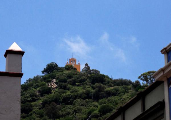 Cerro y Ermita de San Miguel visto desde en centro de Atlixco Pueblo Mágico, Estado de Puebla, senderismo México