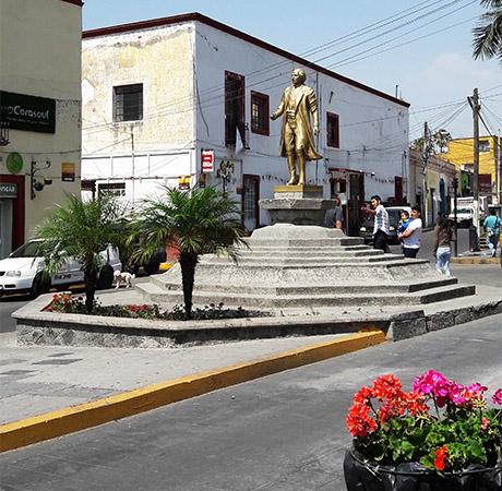 Monumento a Hidalgo en la calle del mismo nombre. Atlixco de las Flores, Estado de Puebla. Senderismo Mexico