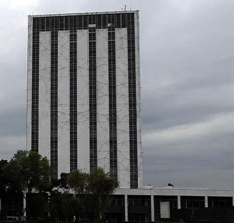Edificio del Centro Cultural Universitario Tlatelolco UNAM (2007) en Plaza de las Tres Culturas, correspondiente a la cultura del México Moderno (1965). Alcaldía Cuauhtémoc, Cd. de México. Senderismo urbano-cultural