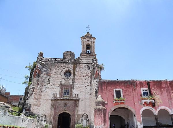 Templo y Exconvento de San Francisco, al pié del Cerro de San Miguel, Atlixco Pueblo Mágico, Estado de Puebla, México. Senderismo urbano