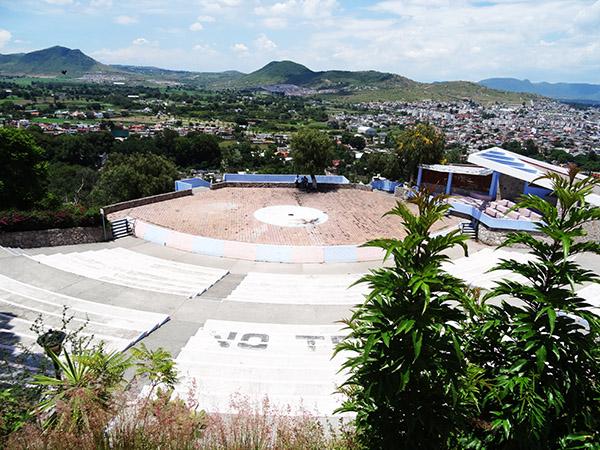 Plazuela de la Danza, auditorio al aire libre en la falda del Cerro de San Miguel, Atlixco, Patrimonio Cultural del Estado de Puebla 1996. Senderismo urbano