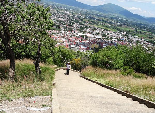 Camino de escaleras para llegar a la cima del Cerro y Ermita de San Miguel, Atlixco Pueblo Magico del Estado de Puebla, Mexico. Senderismo urbano