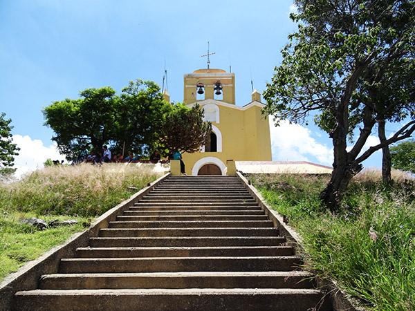 Camino de escaleras para llegar a la cima del Cerro y Ermita de San Miguel Patrono del Valle de Atlixco, Estado de Puebla México, senderismo urbano