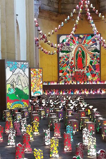 Exconvento del Carmen, centro cultural, lámparas de emplomados de diversos colores. Atlixco Pueblo Mágico Estado de Puebla, México. Senderismo urbano